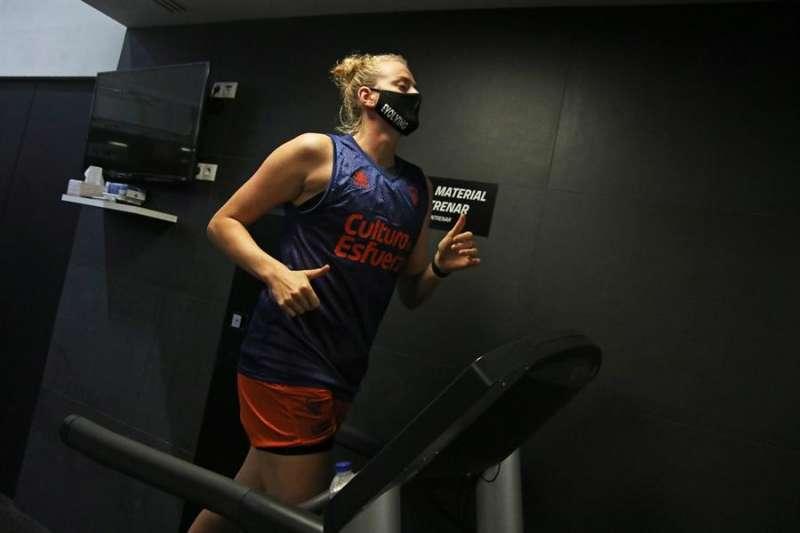 La interior alemana Marie Gülich durante las pruebas médicas pprevias a confirmar su fichaje por el Valencia Basket. Foto cedida por el Valencia Basket.