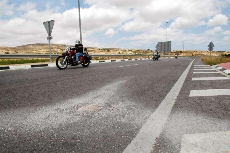 Motorista por una carretera de Elche (Alicante). EFE/Manuel Lorenzo/Archivo