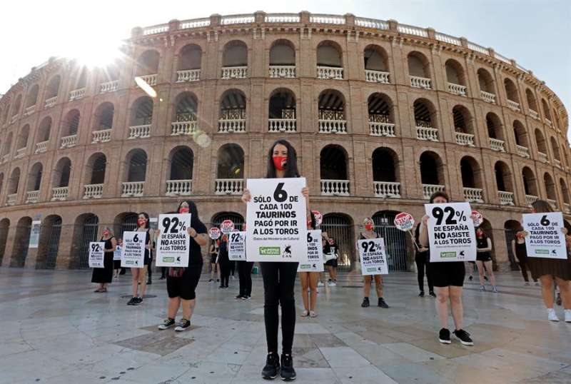 Varios miembros de AnimalNaturalis se han concentrado ante la Plaza de Toros de Valencia para exigir que las corridas de Toros
