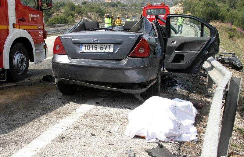 Fotografía de archivo de un accidente en una carretera de Alicante.EFE/Archivo