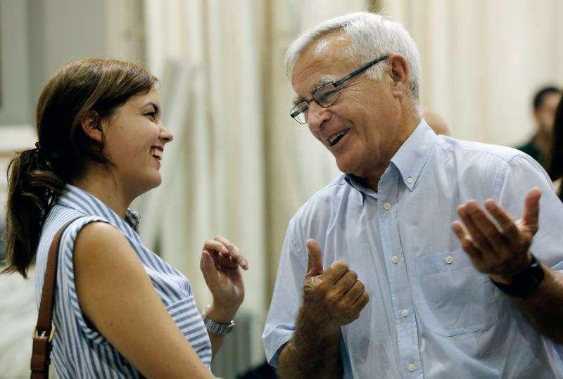 El alcalde de València, Joan Ribó, conversa con la portavoz del PSPV, Sandra Gómez. EFE/Archivo