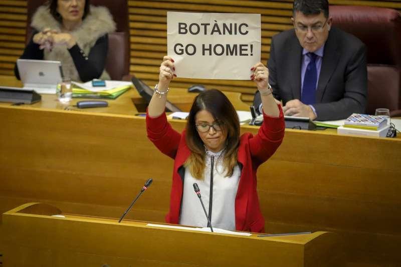 La síndica de Ciudadanos Mari Carmen Sánchez muestra un cártel durante una sesión de control
