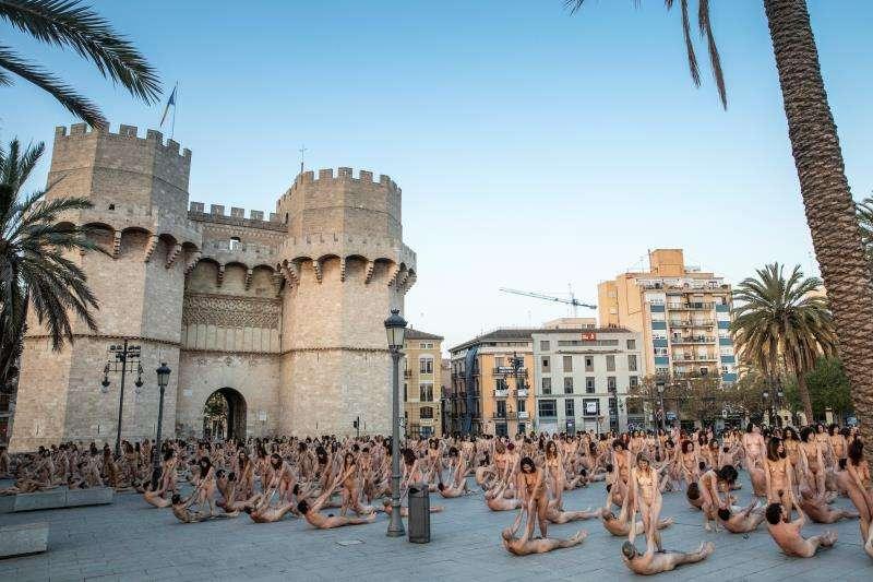 Imagen facilitada por Intramurs sobre la acción artística de Spencer Tunick en Valencia. EFE/Intramurs