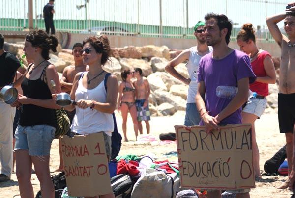 Público con cacerolas. FOTO EPDA