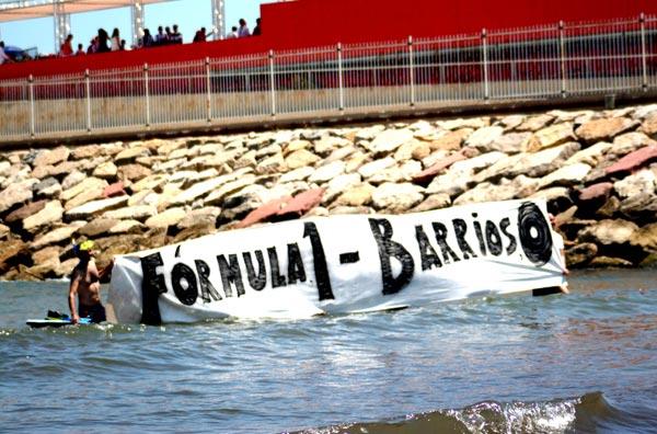 Los manifestantes en la playa con la pancarta. FOTO EPDA