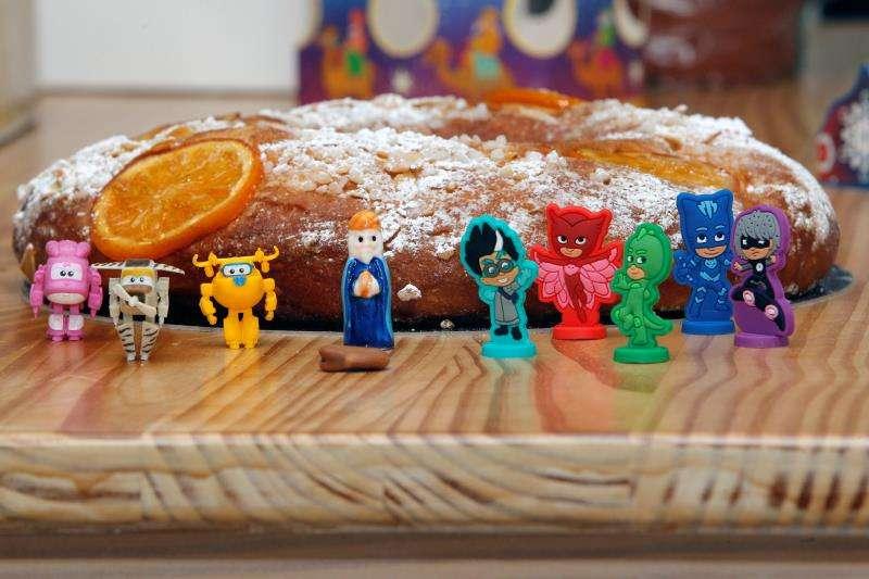 En la imagen,algunas de las figuritas que se pueden incluir en el roscón: Superwings (i) y PJMasks (d) junto a las tradicionales del Rey y la Haba. EFE