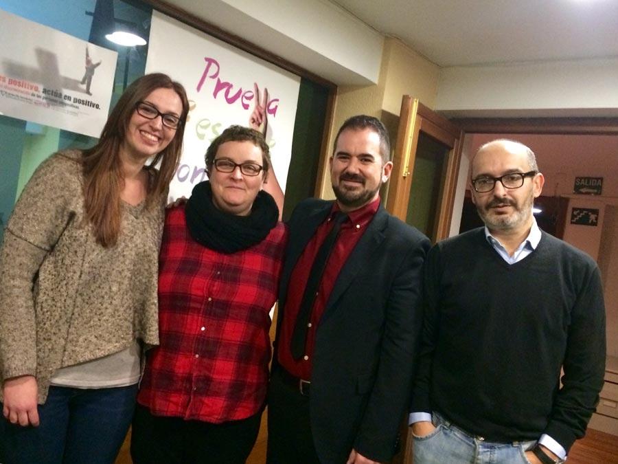 Representantes de UPyD Valencia con Lambda. FOTO EPDA