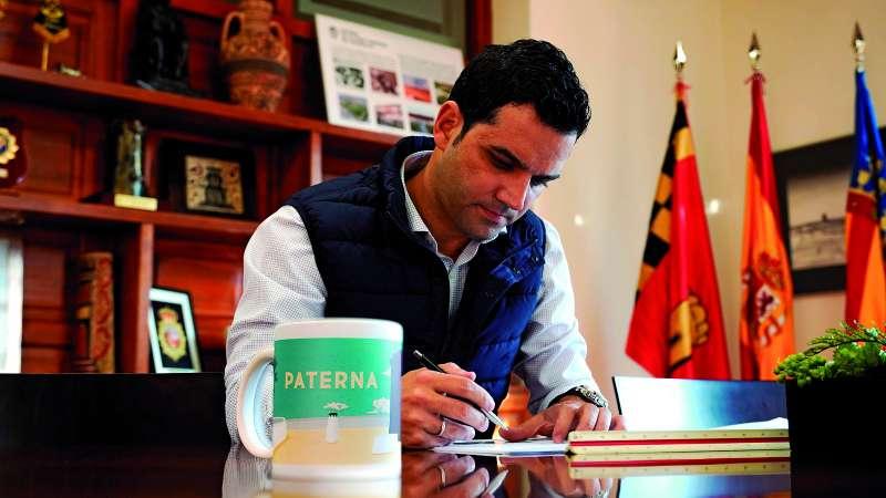 Juan Antonio Sagredo, alcade de Paterna, durante la entrevista. / EPDA