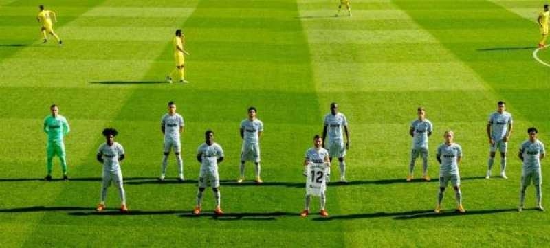El Valencia posa antes del partido ante el Villarreal con un camiseta en homenaje a Bernardo Espa�a