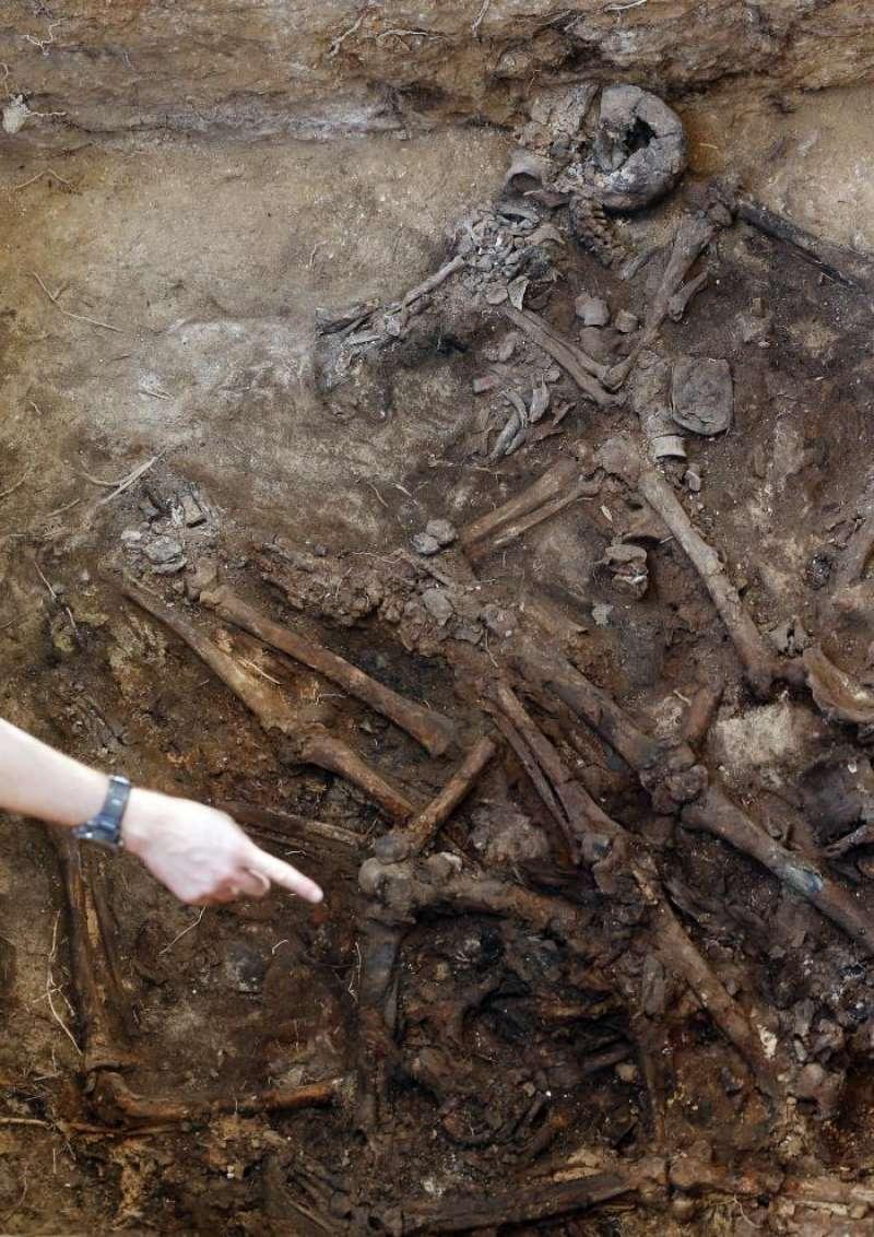 Restos óseos encontrados en la fosa 113 del cementerio de Paterna (Valencia). EFE/Archivo