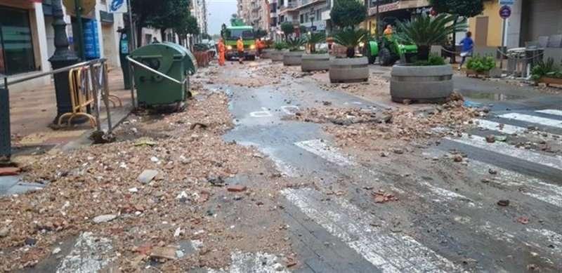 Tierra y piedras arrastradas por la lluvia de las últimas horas invaden una vía de Cullera, en una imagen compartida en redes por el Ayuntamiento.