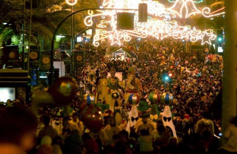 Vista general de la Cabalgata de los Reyes Magos a su paso por la Avenida de Alfonso el Sabio de Alicante. EFE