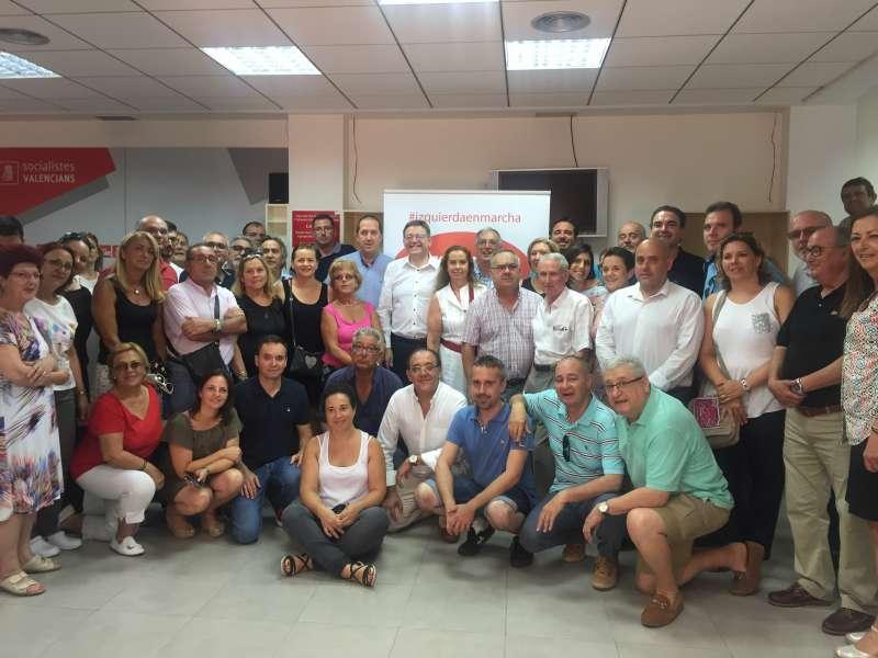 Ximo Puig con los militantes de Benidorm. EPDA