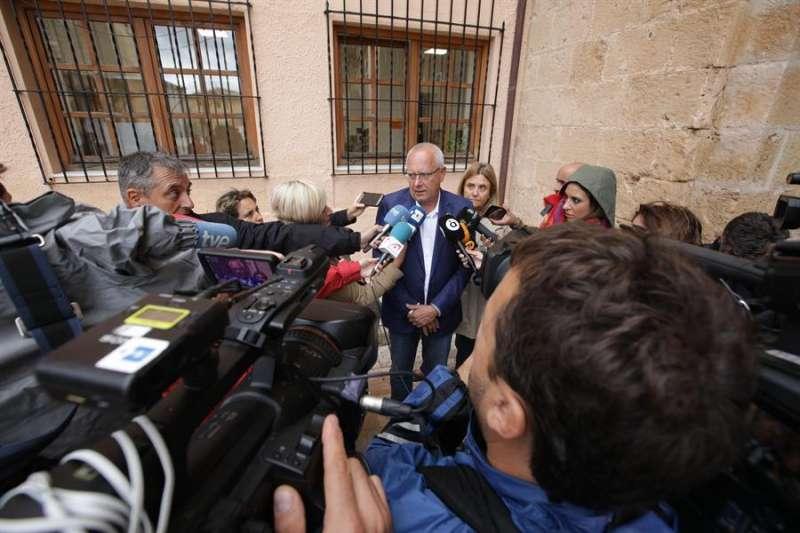 El alcalde de Dénia (Alicante), Vicent Grimal, en declaraciones a los medios, ayer.EFE/Natxo Francés