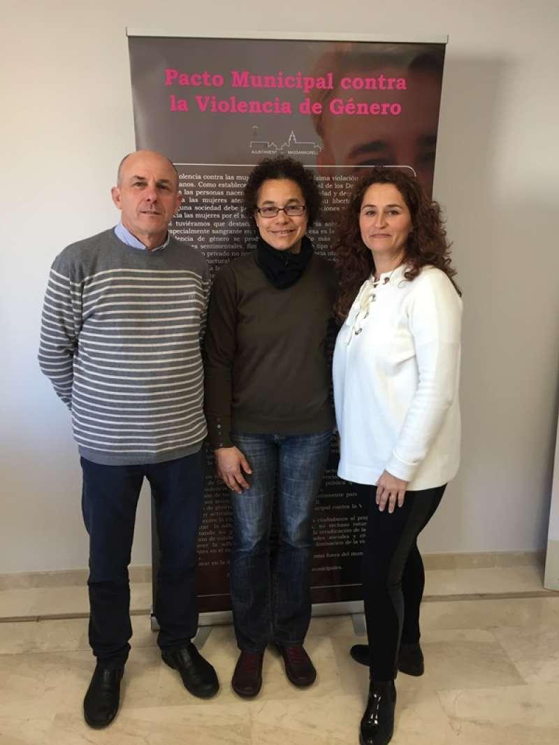 Galarza y Sepúlveda con la nueva agente de Igualdad. EPDA