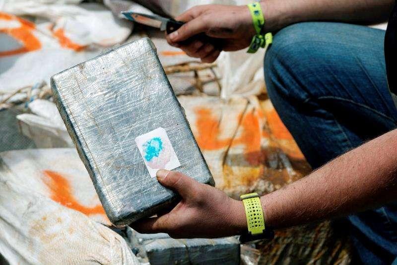 En la imagen, un agente de la Policía Nacional comprueba la pureza de cocaína incautada. EFE/Archivo