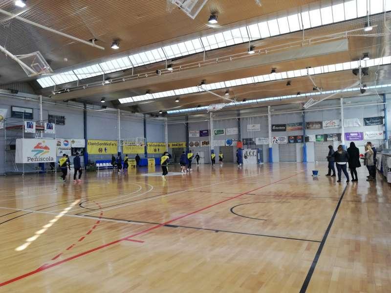 Técnicos municipales junto a representantes del club Peñíscola Fútbol Sala y la Liga Nacional de Fútbol Sala en el pabellón.