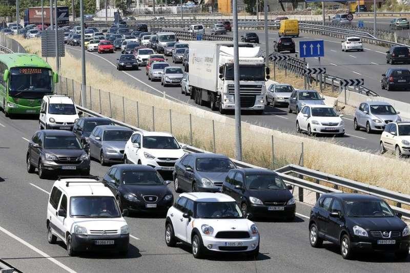 Imagen de archivo de unas retenciones de tráfico. EFE