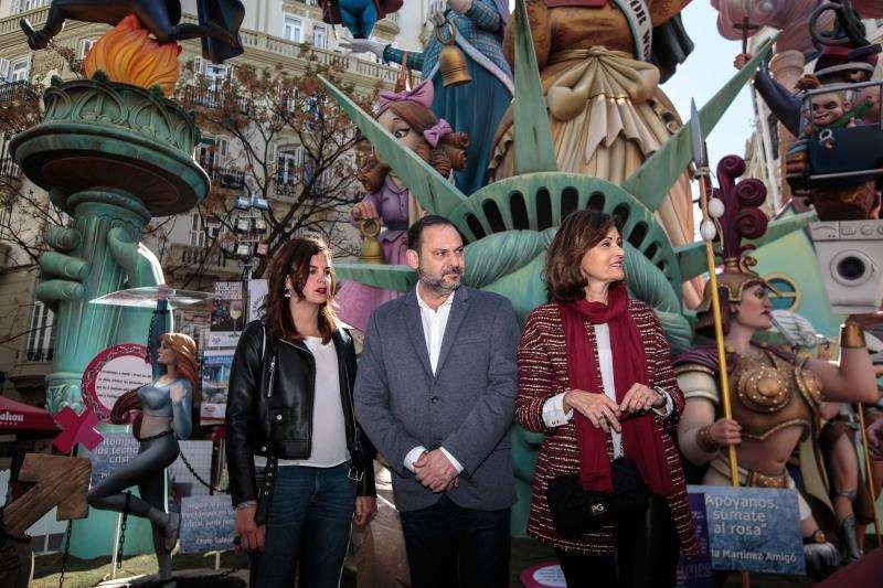 Ábalos en el centro junto a Sandra Gómez, la perfecta desconocida candidata a la alcaldía de València. EFE