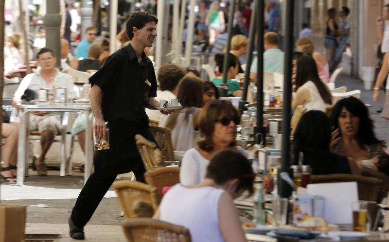 Un camarero trabaja en una terraza del centro de València. EFE/Archivo