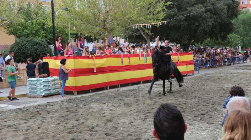 Los jinetes llevan los caballos al galope
