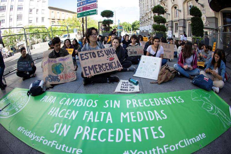 Jóvenes del movimiento contra el cambio climático Fridays for Future realizan una sentada frente al Congreso. EFE/Archivo