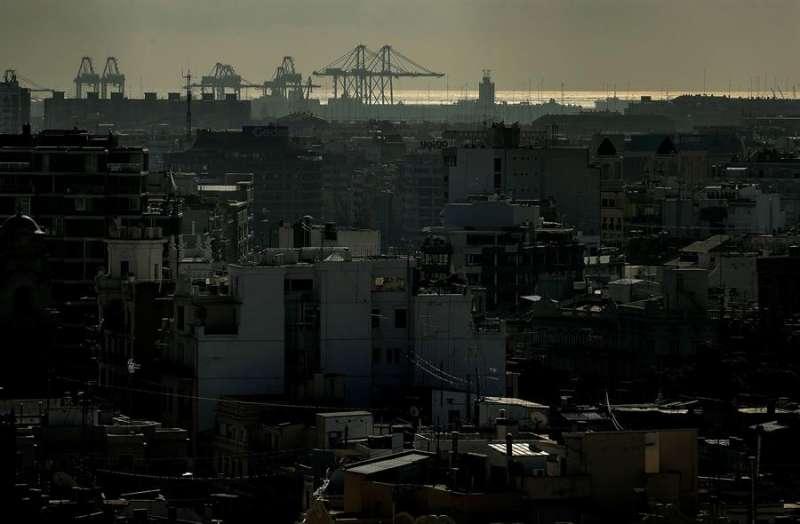 Imagen de archivo de las grúas del Puerto de València, vistas desde lo alto de la Torre del Micalet. EFE