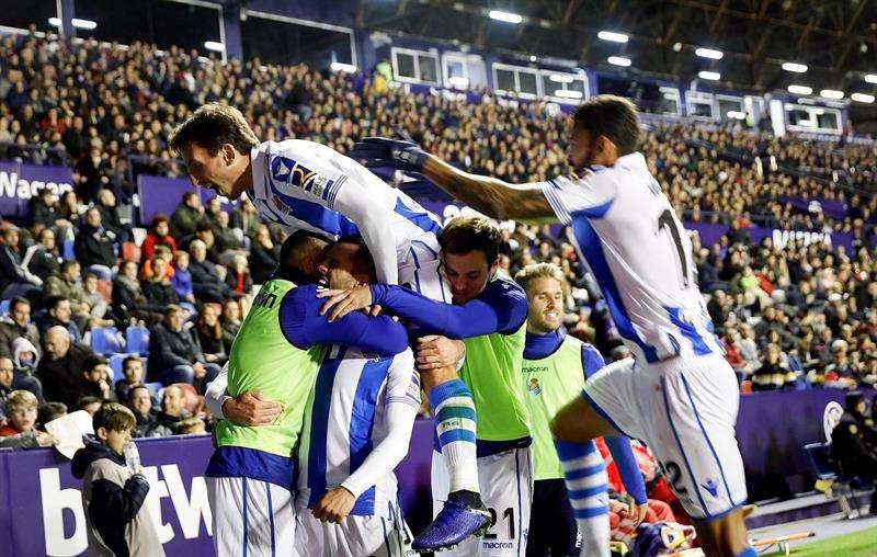 Los jugadores de la Real Sociedad celebran el segundo gol del equipo donostiarra durante el partido de Liga de la jornada 12ª en Primera División que han disputado frente al Levante en el estadio Ciutat de Valencia. EFE