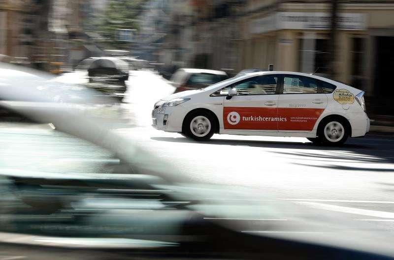 Un taxi circula por las calles de València, enuna jornada en la que la Conselleria de Obras Públicas celebra reuniones con los representantes del sector del taxi y de los VTC para informarles de la propuesta de decreto regulador sobre estos servicios. EFE