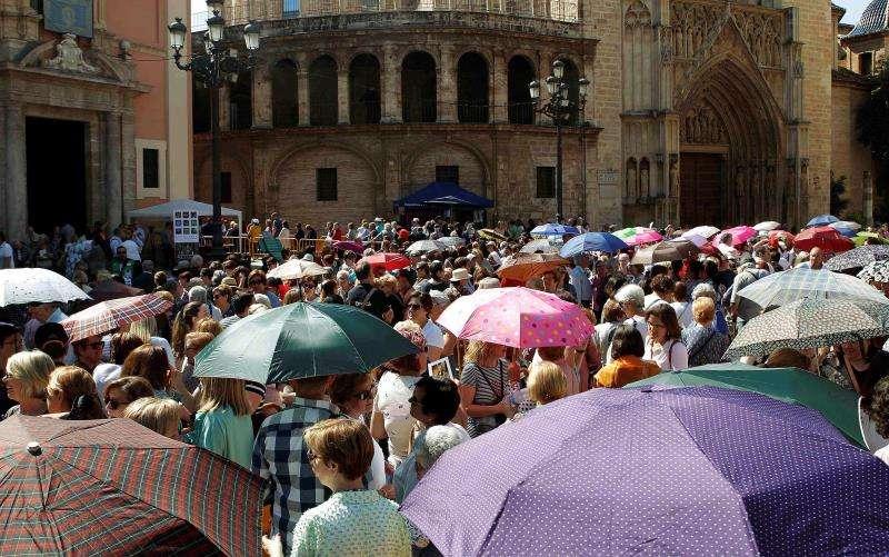 Miles de personas se agolpan a las puertas de la basílica de los Desamparados para participar en el besamanos a la patrona de Valencia. EFE/ Ana Escobar