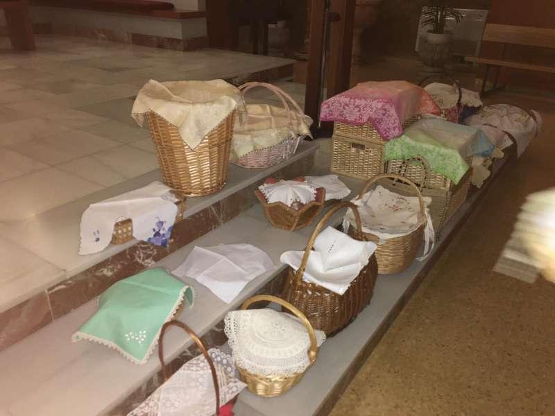 Los cestos bendecidos repletos de panes, que la feligresía deposita en el presbiterio de la iglesia. / JSM