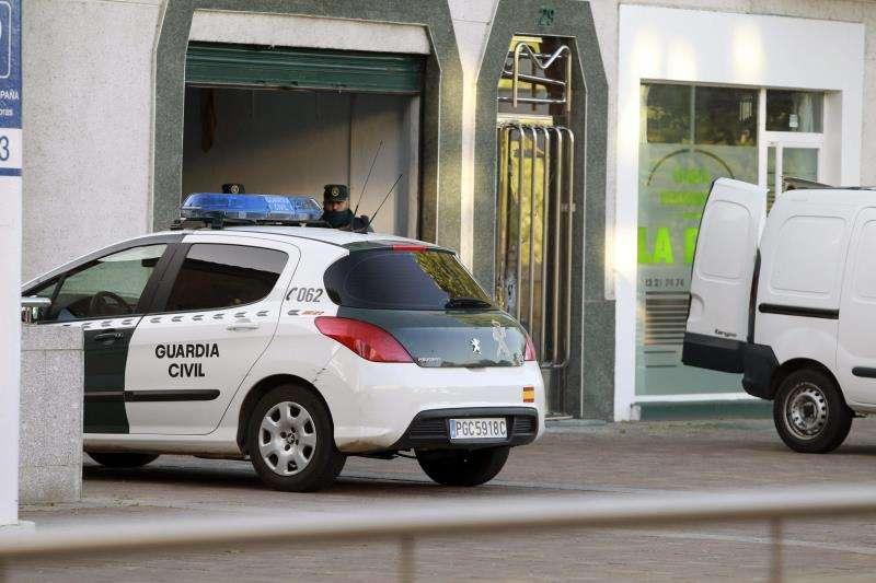 Agentes de la Guardia Civil ante una vivienda. EFE/Archivo