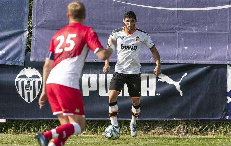 El portugués Gonçalo Guedes en una acción del amistoso con el Mónaco, en una imagen facilitada por el Valencia CF. EFE