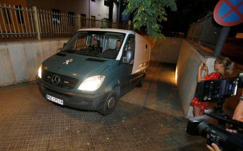 El furgón de la Guardia Civil con tres de los acusados de una presunta violación en grupo. EFE
