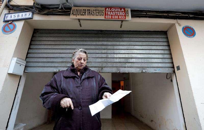 Rosario Planas a las puertas del bajo en el que se encuentra el trastero en el que guarda todas sus pertenencias. EFE
