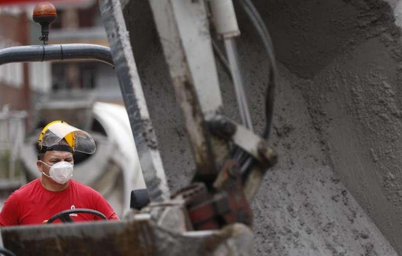 Un trabajador protegido con mascarilla y máscara en un obra. EFE/LUIS TEJIDO/Archivo