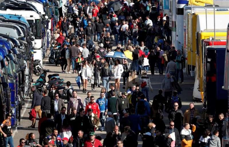 Un gran número de aficionados recorre el circuito Ricardo Tormo de Cheste, que este fin de semana celebra el Gran Premio de la Comunitat Valenciana. EFE/Kai Försterling