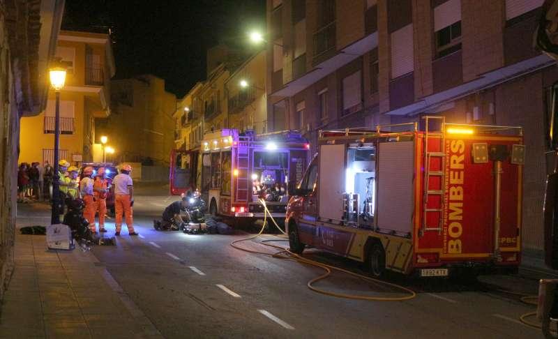 Bomberos, fuerzas de seguridad y sanitarios en el incendio