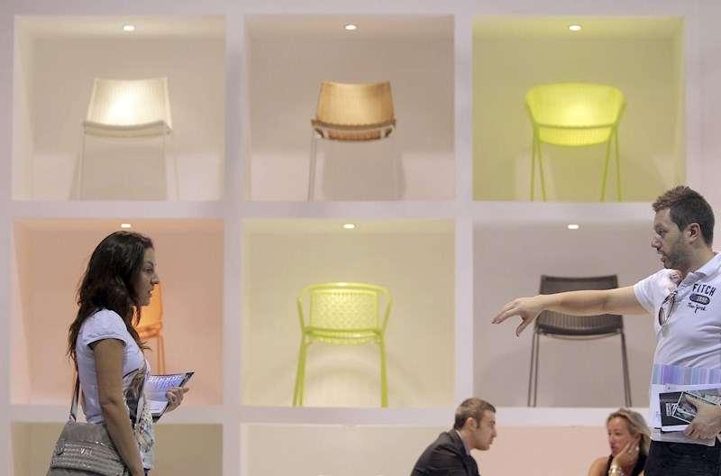 Una pareja conversa ante una exposición de sillas en la Feria Hábitat de València. EFE/Kai Försterling/Achivo
