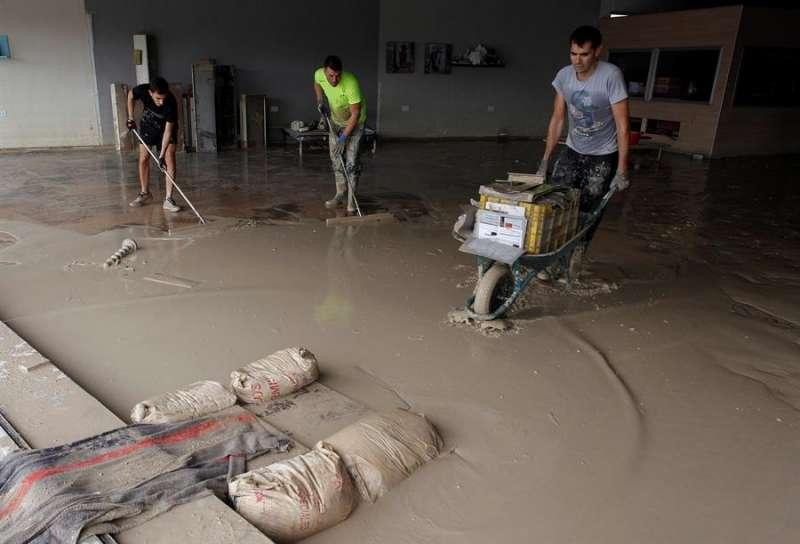 Unos operarios limpian en una tienda de muebles afectada por la DANA en septiembre de 2019. EFE