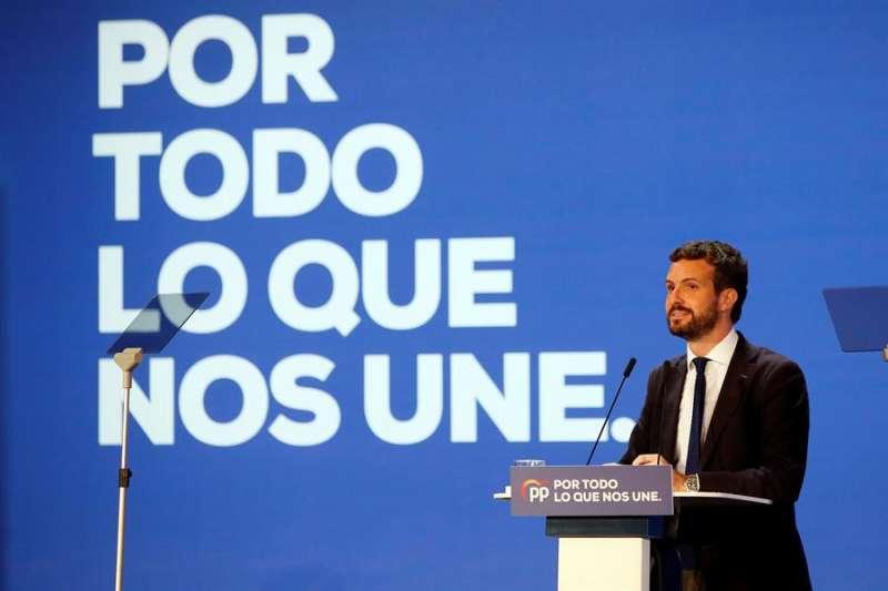 El presidente del PP, Pablo Casado, durante su intervención en la interparlamentaria en Alicante. EFE