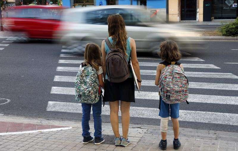 Una familia de camino al colegio. EFE/Archivo