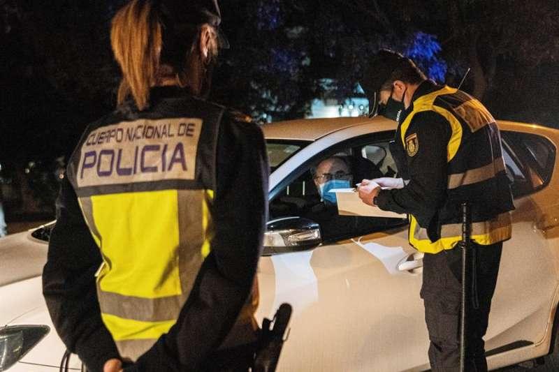 Una patrulla de la Policía Nacional en un control para frenar la propagación de la pandemia. EFE