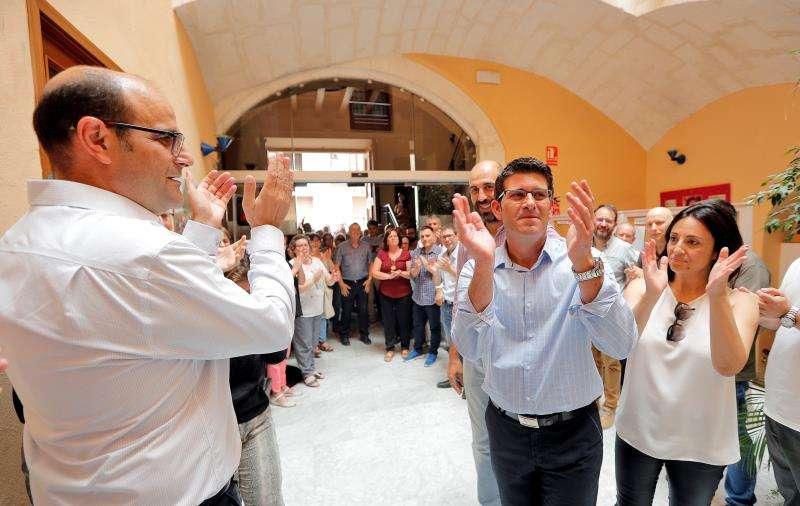 El alcalde de Ontinyent, Jorge Rodríguez, recibido entre aplausos en su ayuntamiento. EFE/Archivo