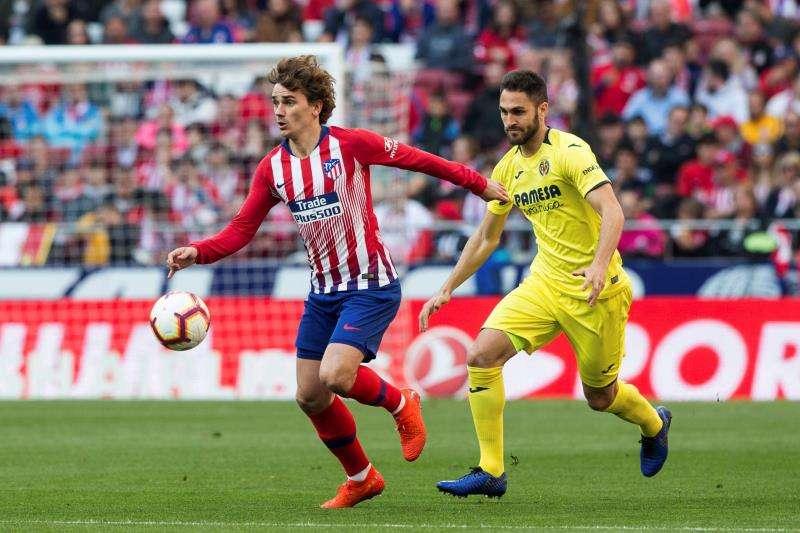 Pedraza y el francés Antoine Griezmann disputan un balón durante un partido entre el Villarreal y el Atlético