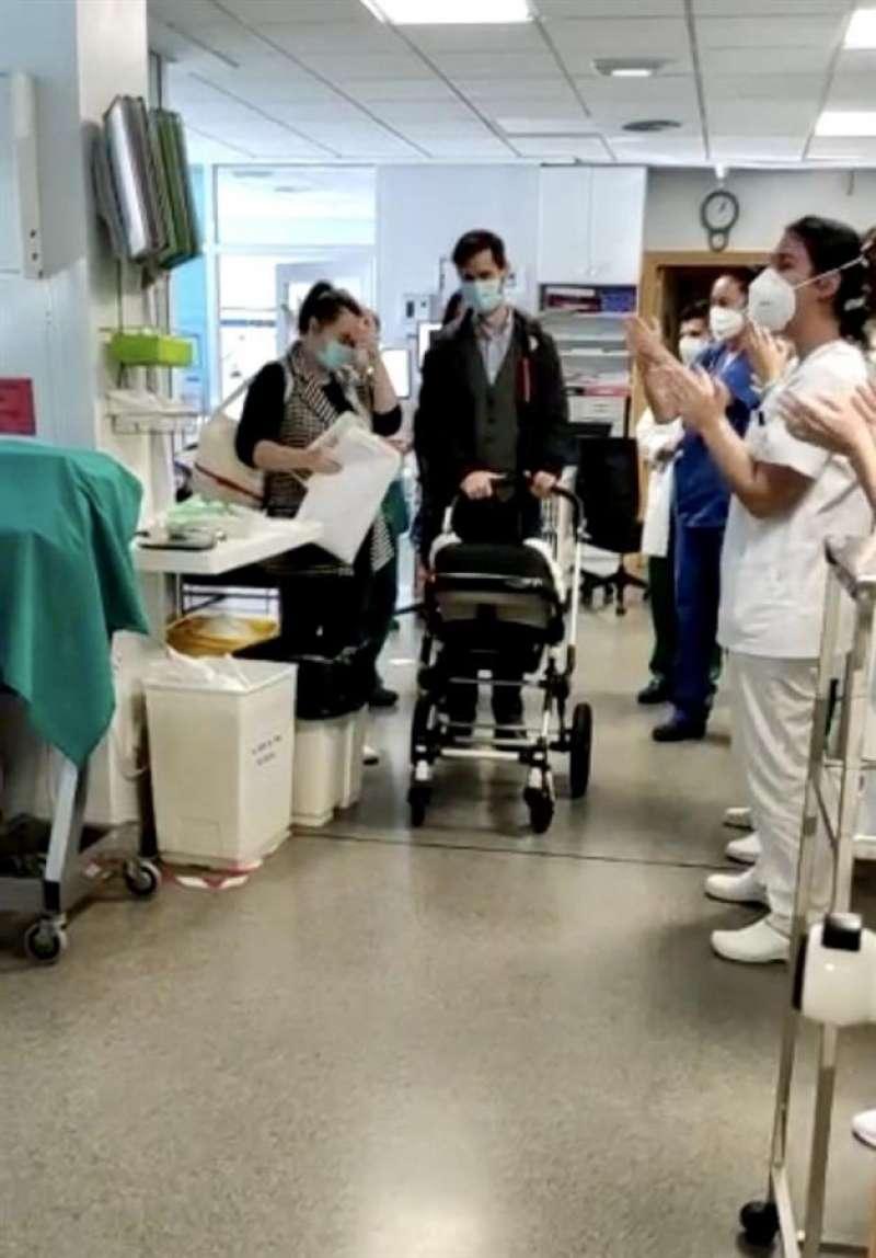 El momento del alta del bebé, en una imagen compartida por el hospital Vithas Valencia 9 de Octubre.