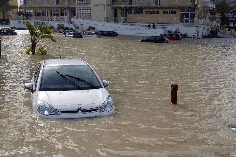 Un vehículo atrapado por las fuertes lluvias registradas a principios del año pasado en Alicante. EFE/Archivo