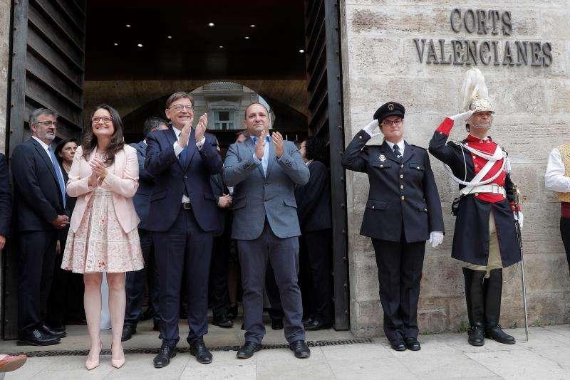 Oltra, Puig y Dalmau en las puertas de les Corts Valencianes. EFE