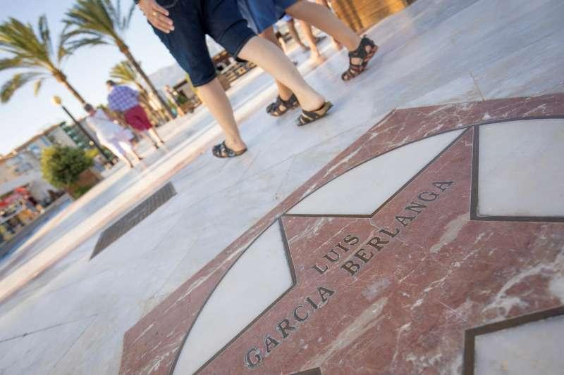 Imagen cedida por el Ayuntamiento de Alfaz del Pi de la estrella dedicada al cineasta Luis García Berlanga. EFE