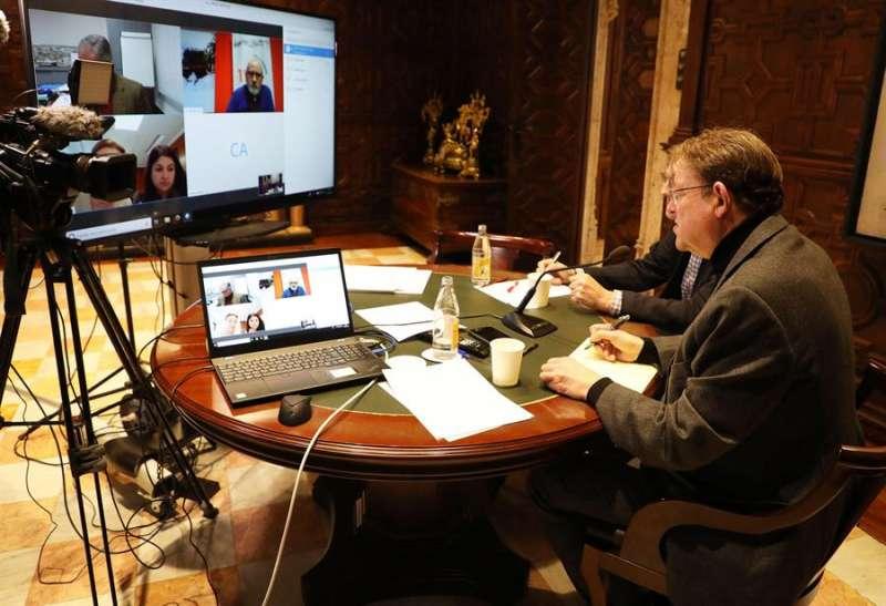 El president de la Generalitat, Ximo Puig, durante la reunión por videoconferencia con responsables de infraestructuras sanitarias, de emergencias y de Tragsa con motivo de la crisis del coronavirus. EFE/Generalitat